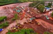 云南元谋产生特大山洪泥石流 数十台挖掘机上阵开挖导流槽